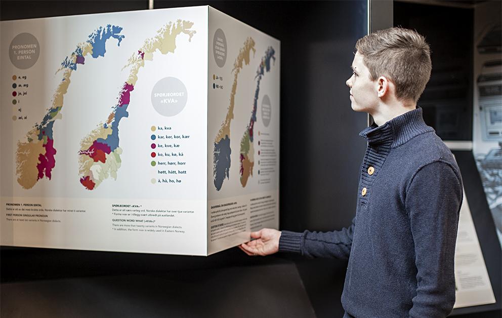 Elev ser på språkkart i utstillinga i Aasen-tunet