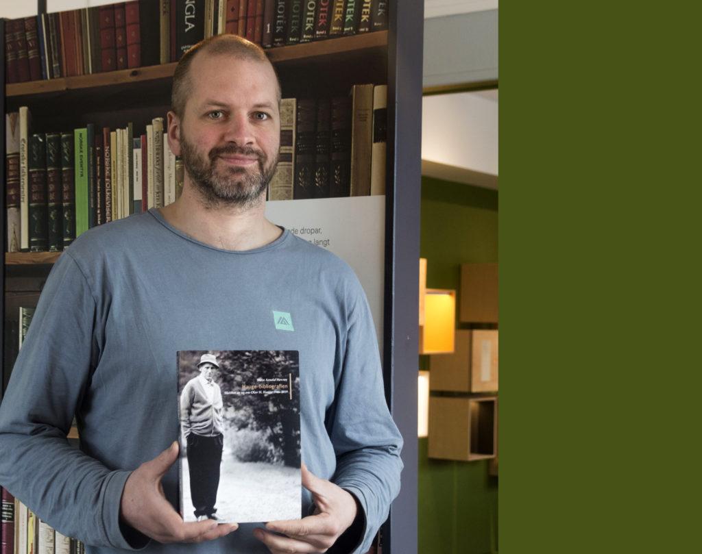 Bilete av Stein Arnold Hevrøy, konservator ved Olav H. Hauge-senteret saman med bibliografien om Olav H. Hauge som han har skrive.