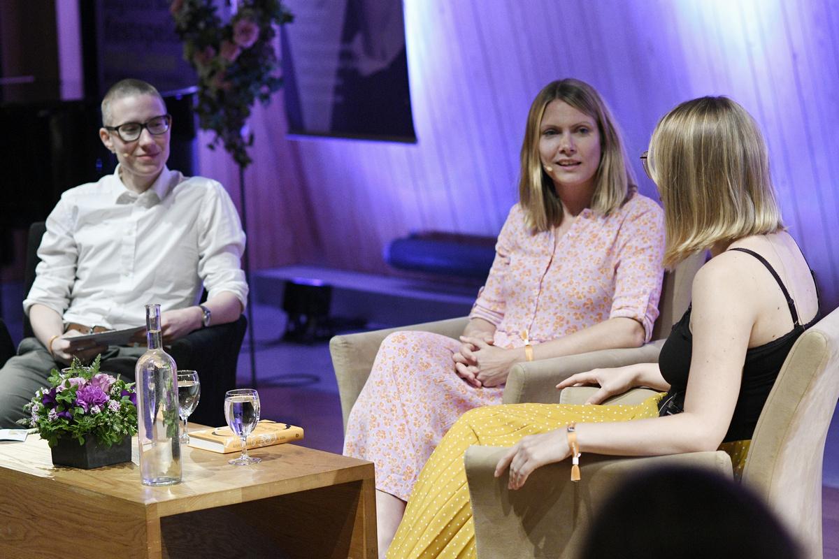 Bilete av Kristin Fridtun, Randi Fuglehaug og Kristina Leganger Iversen i ein litterær samtale i Aasen-tunet.