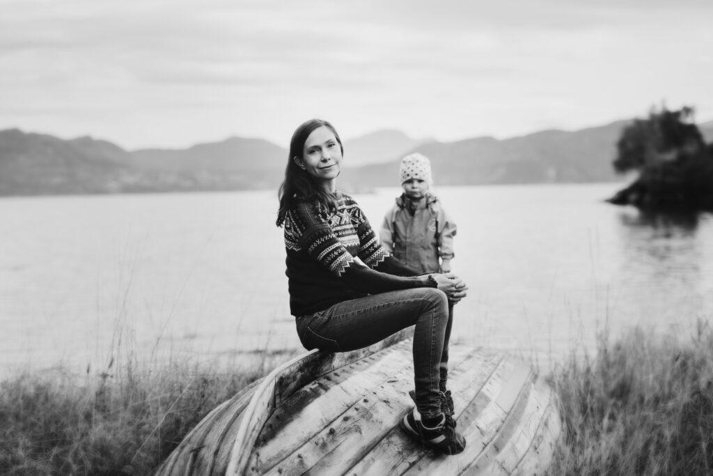 Bilete av Mette Karlsvik med jente i bakgrunnen